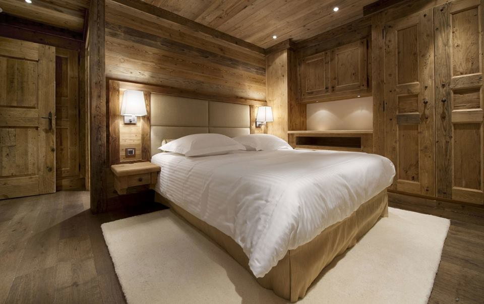 Smart & Simple Rustic Bedroom Decor With White Beding And Carpet