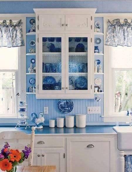 Glamorous Retro Kitchen With Blue & White Touch