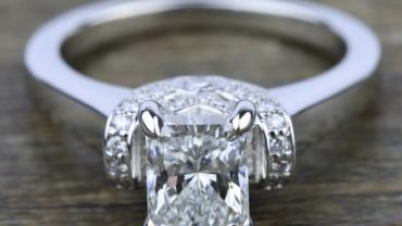 Stunning Ribbon Diamond Ring With Radiat Cut Diamond