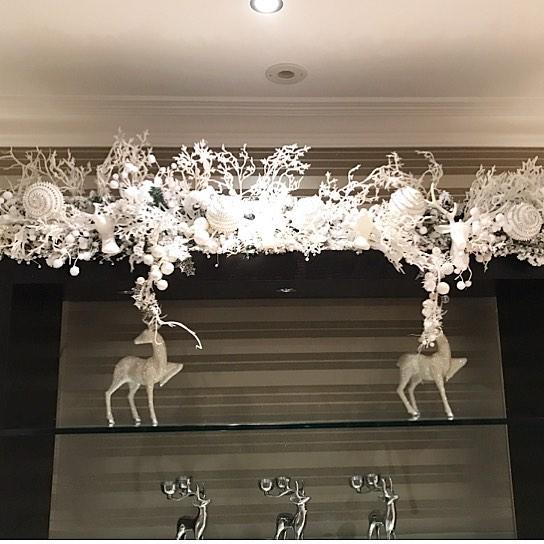Attractive Garland With Hanging Reindeer