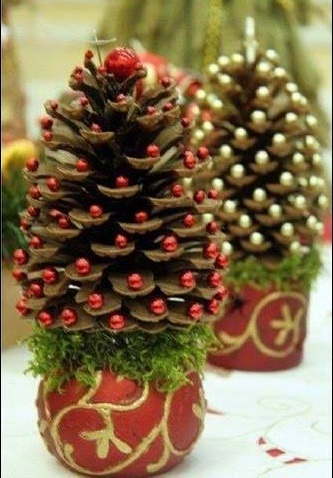 Charming DIY Christmas Tree With Pine-Cones