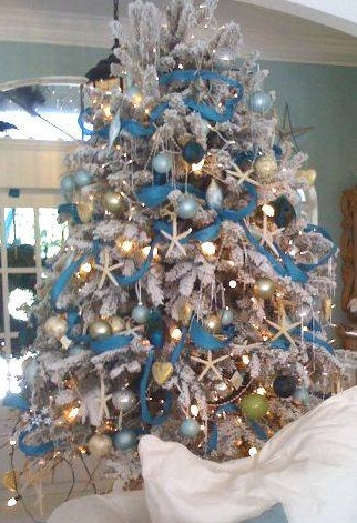 Gorgeous Tree Decor With Snowflakes And Ornaments