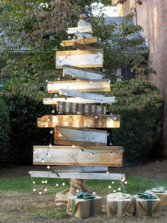 Nice Idea To Arrange Old Pallet In Shape Of Tree With Light To Decorate Your Outdoor