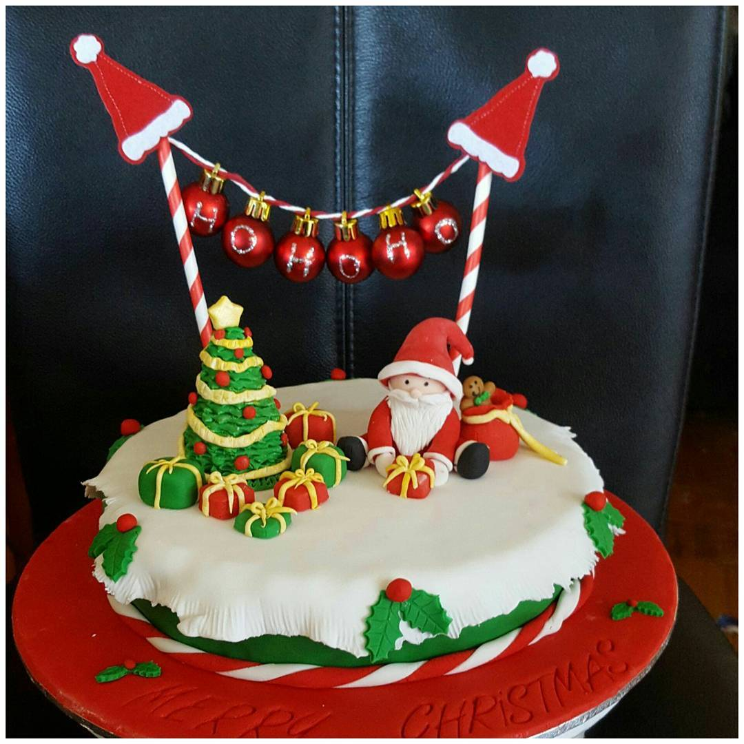Outstanding Christmas Cake With Santa Claus, Tree And Garland