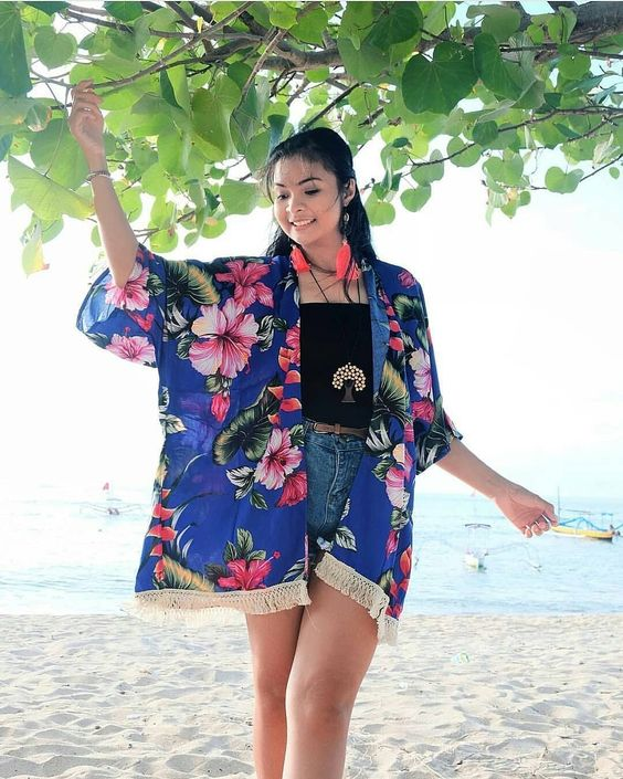 Chic Floral Print Outfit With Denim Shorts