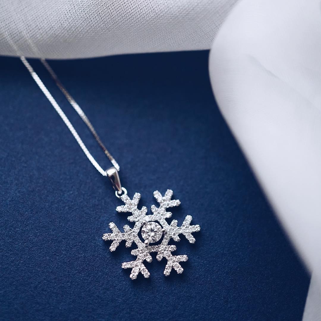 Vibrant Snowflake Shape Pendant Design